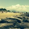 La spiaggia: spettacolo di volti pensosi